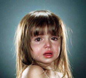 Плачет маленькая девочка