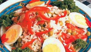 Салат из маринованного красного перца, риса и зеленого горошка